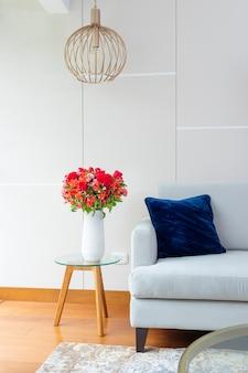 Цветочная композиция из красных роз в красивой гостиной