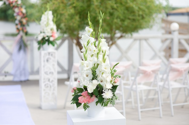 Flower arrangement for outdoor wedding ceremony