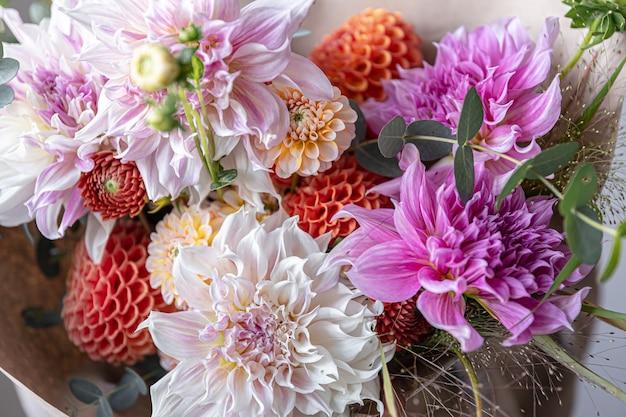 菊の花のクローズアップとフラワーアレンジメントお祝いの花束