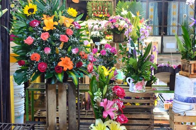 Продажа цветочных композиций на рынке красивые разноцветные цветы