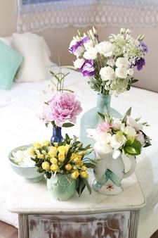 Цветочные композиции из желтых роз, пионов, жасмина в оригинальных керамических вазах