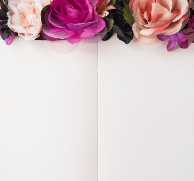 花の背景と空白のメモ帳