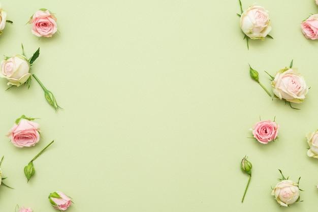 花の背景。バラのボーダーの装飾の盛り合わせ