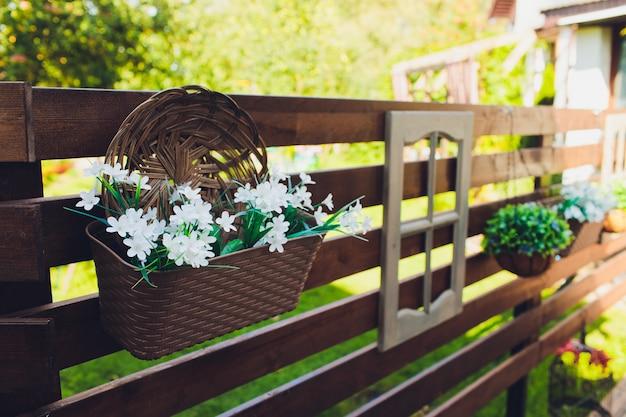 거리에 빨간 피튜니아와 꽃 침대입니다. 냄비에 화려한 장식 인공 꽃입니다. 도시 미화의 조각. 핑크 피튜니아 관점 꽃 침대입니다.