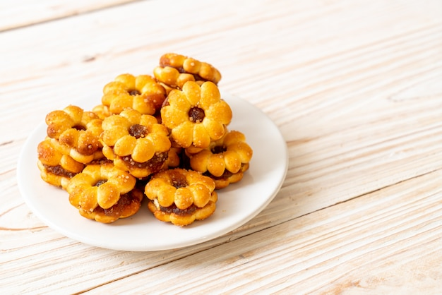 Flower biscuits with pineapple jam