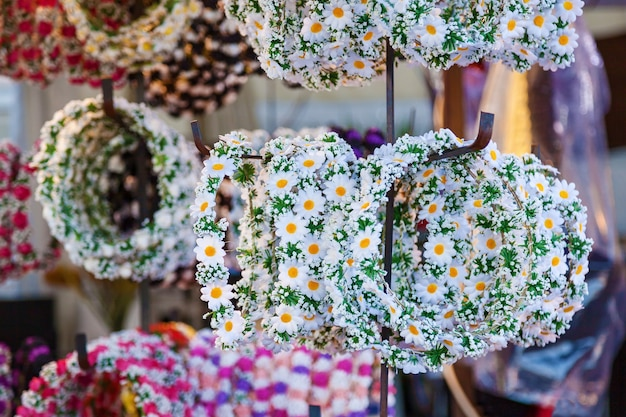 花で作られたヘッドウェスを販売するフラワーブース花輪の頭に花を飾るショップ