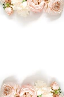 흰색에 베이지 색 장미 꽃 테두리 프레임에 의하여 이루어져있다. 평면 평신도, 평면도. 꽃 질감.