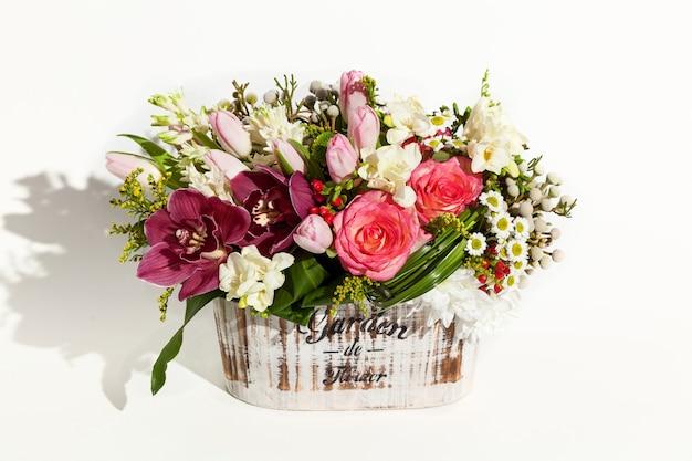 휴일을 위한 꽃다발 구성, 좋아하는 봄 꽃다발, 결혼식을 위한 축제 꽃다발, 히아신스, 꽃 브루나이, 튤립, 아르키다무스, 장미, 흐리산테몸
