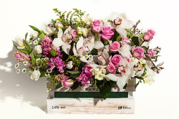 당신의 마음에 드는 축제를위한 꽃의 봄 꽃다발 휴가를위한 꽃다발 구성