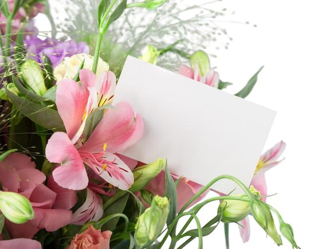 빈 카드와 꽃 꽃다발