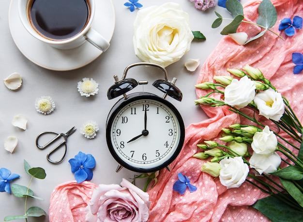 Цветочная композиция и будильник