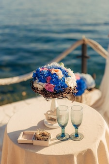 Цветочные композиции на свадебной церемонии. свадьба в черногории у моря.