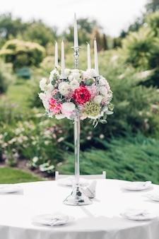 Цветочные композиции в свадебном оформлении, украшающие церемонию