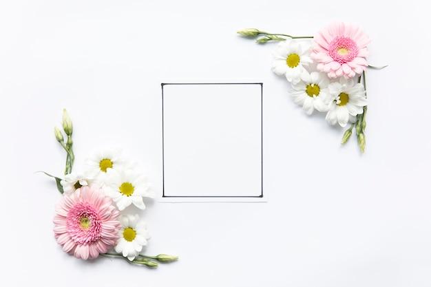 Composizioni floreali vicino alla cornice