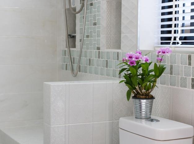Цветочное оформление в современном интерьере ванной Premium Фотографии