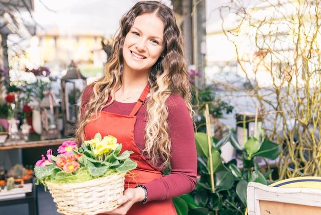 彼女の花と植物の店でフラワーガール