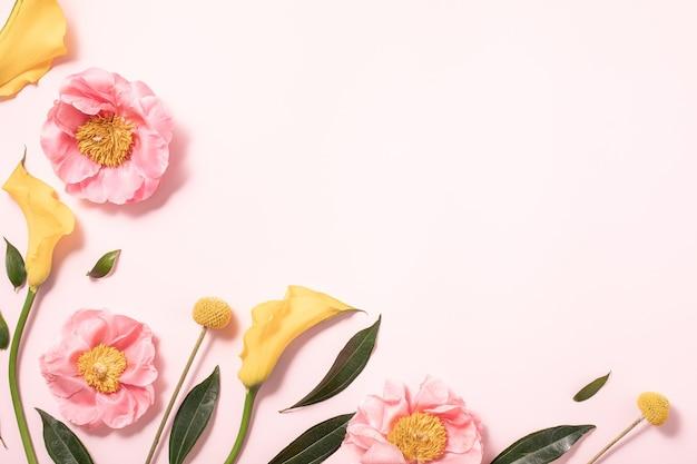 Цветочный макет в плоский на пастельно-розовом фоне. минималистичный плоский стиль. творческая летняя плоская планировка и фон вид сверху.