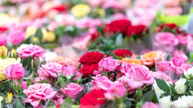 Цветочный рынок с розами, магазин в саду по продаже букетов и рассады разных роз