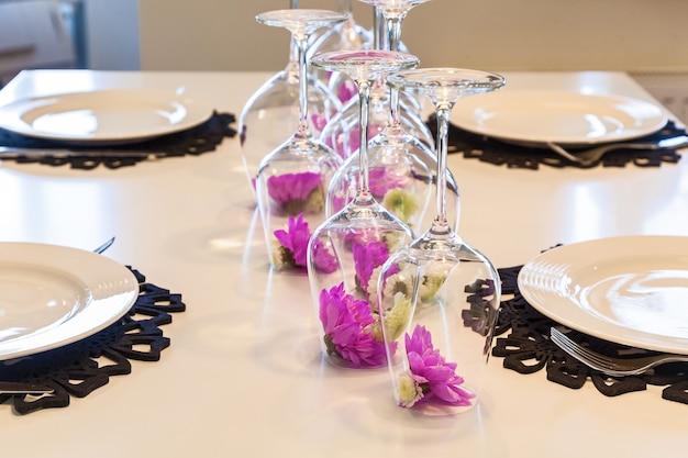 테이블 d에 거꾸로 된 유리에 펠렛 국화 꽃