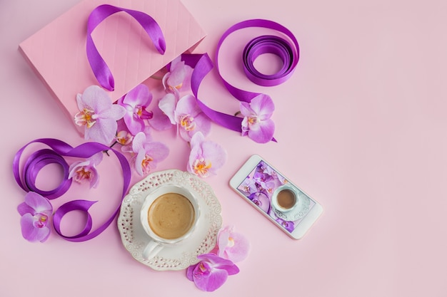 淡いピンクの表面上面図の花のオーバーヘッド構成