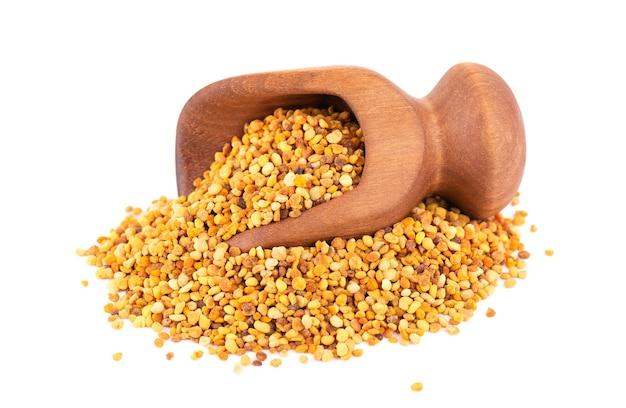 Цветочные зерна пыльцы в деревянном ковше