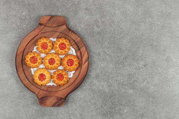 나무 보드에 젤리와 꽃 모양의 비스킷