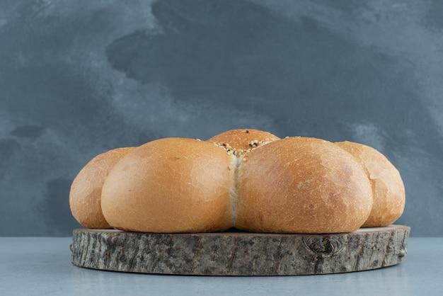 木の板に花の形をしたパン