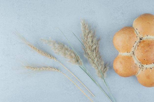 Pane e grano a forma di fiore sulla superficie di pietra