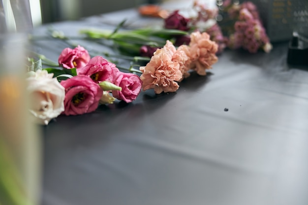 フラワーショップのコンセプト。テーブルの上の混合花のクローズアップの美しい素敵な花束。壁紙。
