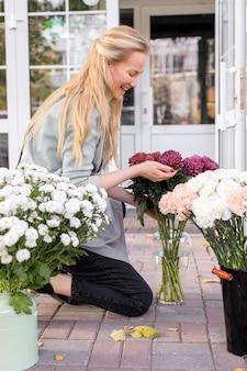 플라워 샵 소상공인. 플로리스트는 꽃다발을 준비합니다.