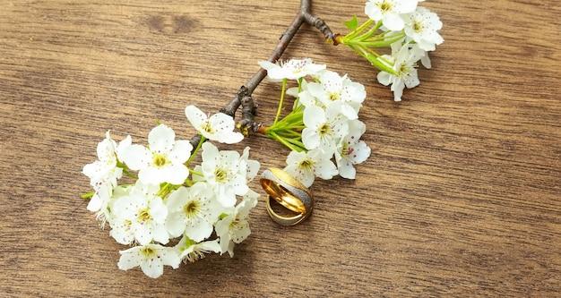 흰색 섬세한 표면을 가진 꽃 가지입니다. 사랑의 선언, 봄. 인사. 웨딩 부케,