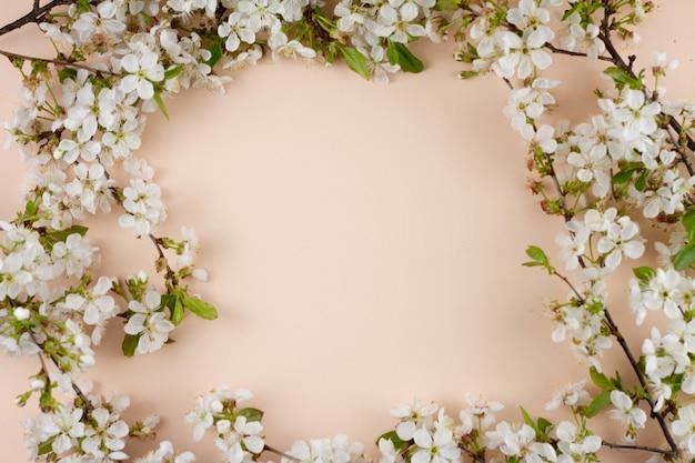 碑文のための場所とパステル調の背景に開花枝。