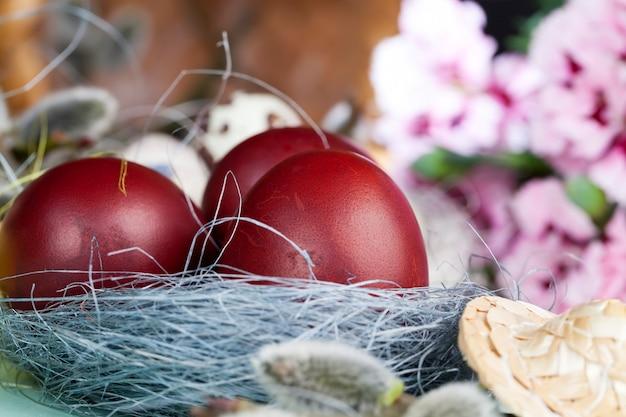 부활절 축하를 위한 꽃 버드나무 가지 달걀, 축제 요소의 클로즈업