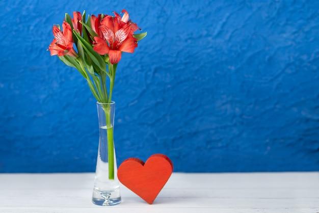 花と青い背景の上の心