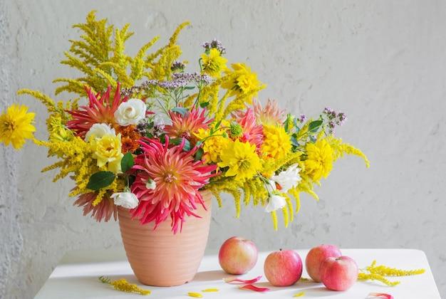 Цветы и яблоки в вазе на винтажной полке