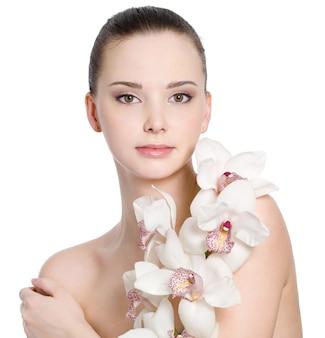 어린 소녀의 꽃과 아름다운 깨끗한 피부-