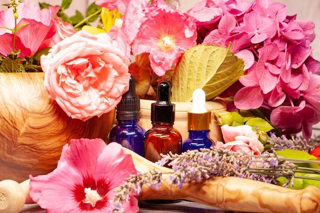 Цветы и бутылки эфирных масел для ароматерапии