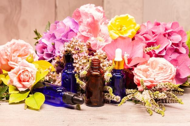 アロマテラピー用のエッセンシャルオイルの花とボトル