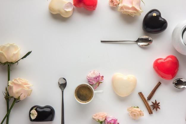 Цветы и торт в форме сердца в плоском стиле
