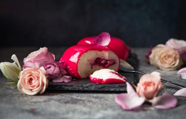 Цветы и торт в форме сердца