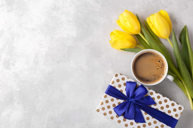 Цветы и кофе Premium Фотографии
