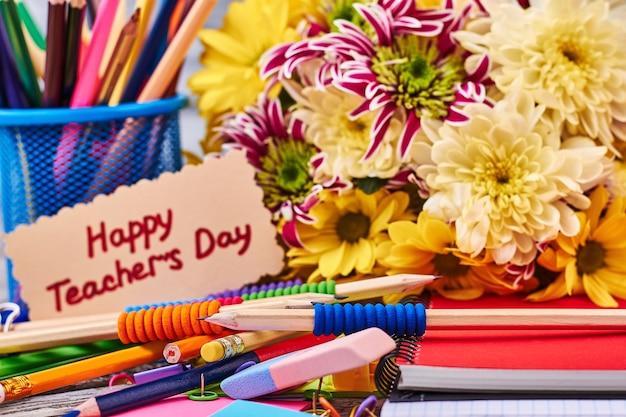 꽃과 편지지가 있는 용기. 최고의 선생님을 위한 서프라이즈.