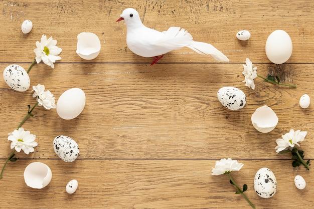 비둘기 옆에 꽃과 계란