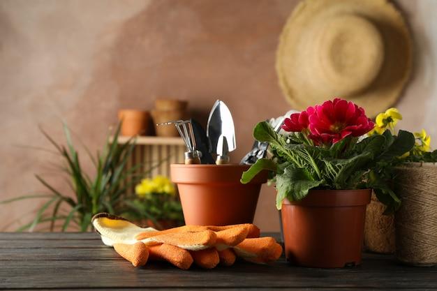 花と木製のテーブル、テキスト用のスペースのガーデンツール