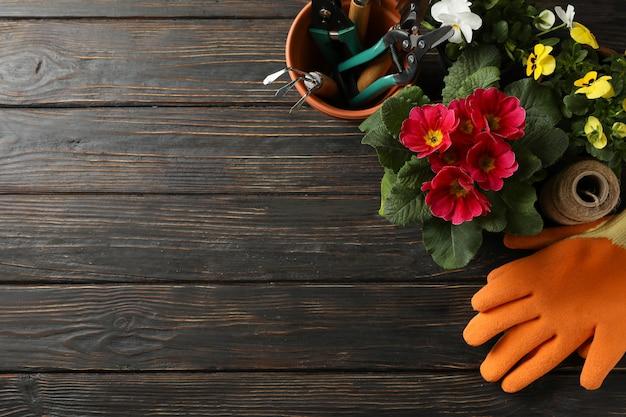 花と木の背景、テキスト用のスペースにガーデニングツール