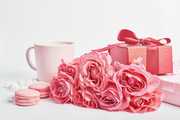 Цветы и подарочные коробки на белом