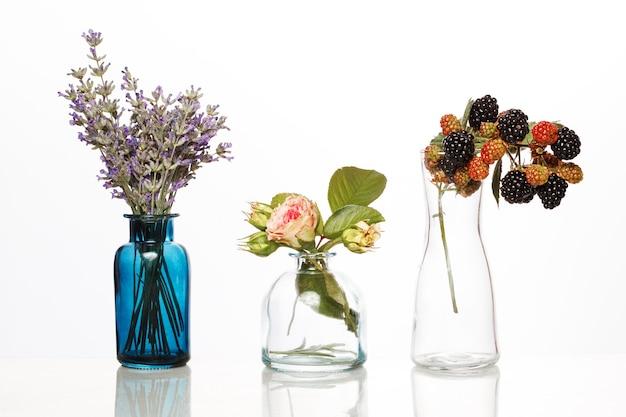 유리병에 담긴 꽃과 허브. 흰색 절연 병에 추상 꽃 꽃다발입니다.