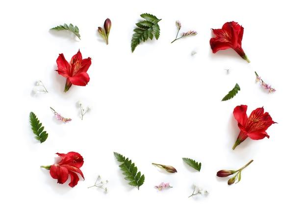 꽃과 잎에 흰색 배경 평면도