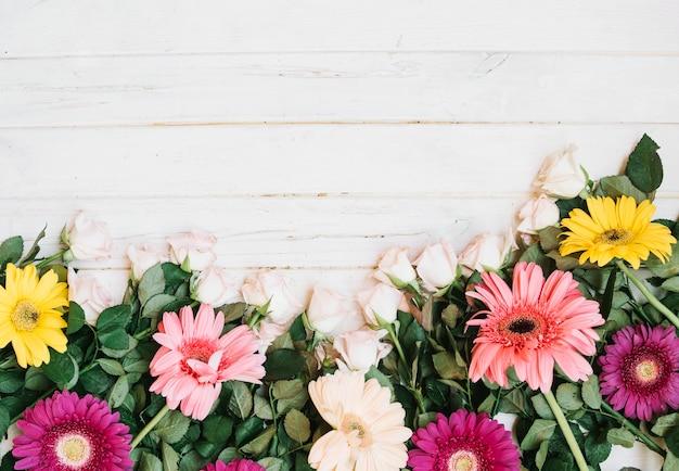 テーブル上の花の品揃え