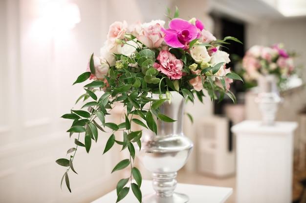 Цветы на свадьбу в оформлении ресторана. роскошное свадебное украшение из роз и разноцветных орхидей